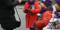 najmłodsi wolontariusze z puszkami w akcji