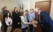 Burmistrz Wąsosza wręcza nagrody - konkurs na plakat o tematyce AA